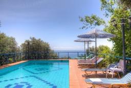 Бассейн. Греция, Плакиас : Прекрасная вилла с большим бассейном и зеленым двориком с барбекю, 5 спален, 3 ванные комнаты, бильярд, настольный теннис, парковка, Wi-Fi