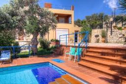 Фасад дома. Греция, Плакиас : Прекрасная вилла с большим бассейном и зеленым двориком с барбекю, 5 спален, 3 ванные комнаты, бильярд, настольный теннис, парковка, Wi-Fi