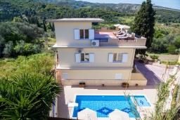 Фасад дома. Греция, Аделе : Роскошная вилла с большим бассейном и двориком с барбекю, 4 спальни, 3 ванные комнаты, парковка, Wi-Fi