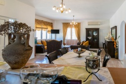 Гостиная. Греция, Аделе : Роскошная вилла с большим бассейном и двориком с барбекю, 4 спальни, 3 ванные комнаты, парковка, Wi-Fi