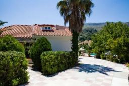 Фасад дома. Греция, Плакиас : Роскошная вилла с большим бассейном и зеленым двориком с барбекю, 4 спальни, 4 ванные комнаты, парковка, Wi-Fi