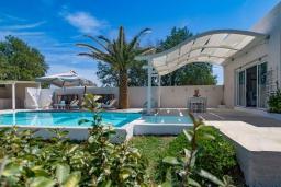 Фасад дома. Греция, Ретимно : Шикарная пляжная вилла с бассейном и зеленой территорией, 4 спальни, 3 ванные комнаты, барбекю, патио, парковка, Wi-Fi