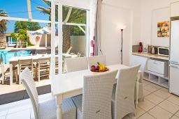 Обеденная зона. Греция, Ретимно : Шикарная пляжная вилла с бассейном и зеленой территорией, 4 спальни, 3 ванные комнаты, барбекю, патио, парковка, Wi-Fi
