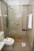 Ванная комната. Греция, Сития : Роскошная вилла с бассейном и зеленой территорией, 20 метров до пляжа, 3 гостиные с кухнями, 3 спальни, 3 ванные комнаты и 1 гостевой туалет, барбекю, парковка, Wi-Fi