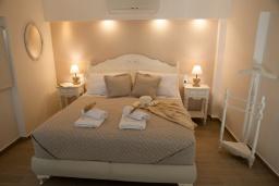 Спальня. Греция, Сития : Роскошная вилла с бассейном и зеленой территорией, 20 метров до пляжа, 3 гостиные с кухнями, 3 спальни, 3 ванные комнаты и 1 гостевой туалет, барбекю, парковка, Wi-Fi