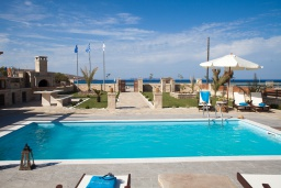 Бассейн. Греция, Сития : Роскошная вилла с бассейном и зеленой территорией, 20 метров до пляжа, 3 гостиные с кухнями, 3 спальни, 3 ванные комнаты и 1 гостевой туалет, барбекю, парковка, Wi-Fi