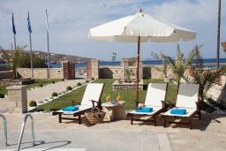 Зона отдыха у бассейна. Греция, Сития : Роскошная вилла с бассейном и зеленой территорией, 20 метров до пляжа, 3 гостиные с кухнями, 3 спальни, 3 ванные комнаты и 1 гостевой туалет, барбекю, парковка, Wi-Fi