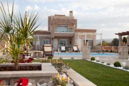 Фасад дома. Греция, Сития : Роскошная вилла с бассейном и зеленой территорией, 20 метров до пляжа, 3 гостиные с кухнями, 3 спальни, 3 ванные комнаты и 1 гостевой туалет, барбекю, парковка, Wi-Fi