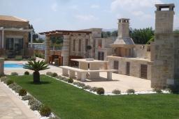 Территория. Греция, Сития : Роскошная вилла с бассейном и зеленой территорией, 20 метров до пляжа, 3 гостиные с кухнями, 3 спальни, 3 ванные комнаты и 1 гостевой туалет, барбекю, парковка, Wi-Fi
