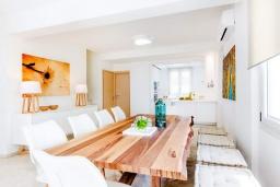 Обеденная зона. Греция, Коккини Хани : Роскошная современная вилла с большим бассейном и зеленым двориком, 6 спален, 6 ванных комнат, патио, барбекю, джакузи, парковка, Wi-Fi
