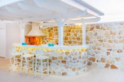 Терраса. Греция, Коккини Хани : Роскошная современная вилла с большим бассейном и зеленым двориком, 6 спален, 6 ванных комнат, патио, барбекю, джакузи, парковка, Wi-Fi