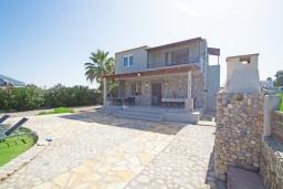 Фасад дома. Греция, Скалета : Прекрасная пляжная вилла с зеленым двориком и барбекю, 2 гостиные с кухнями, 4 спальни, 2 ванные комнаты, парковка, Wi-Fi