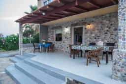 Терраса. Греция, Скалета : Прекрасная пляжная вилла с зеленым двориком и барбекю, 2 гостиные с кухнями, 4 спальни, 2 ванные комнаты, парковка, Wi-Fi