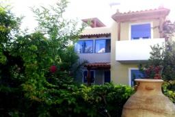 Фасад дома. Греция, Аделе : Прекрасная вилла с бассейном и зеленым двориком, 3 спальни, 3 ванные комнаты, барбекю, джакузи, тренажерный зал, парковка, Wi-Fi