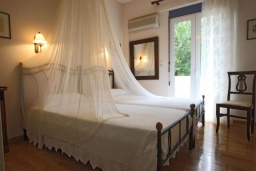 Спальня. Греция, Аделе : Прекрасная вилла с бассейном и зеленым двориком, 3 спальни, 3 ванные комнаты, барбекю, джакузи, тренажерный зал, парковка, Wi-Fi