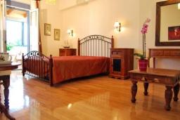 Спальня 2. Греция, Аделе : Прекрасная вилла с бассейном и зеленым двориком, 3 спальни, 3 ванные комнаты, барбекю, джакузи, тренажерный зал, парковка, Wi-Fi