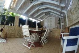 Терраса. Греция, Аделе : Прекрасная вилла с бассейном и зеленым двориком, 3 спальни, 3 ванные комнаты, барбекю, джакузи, тренажерный зал, парковка, Wi-Fi