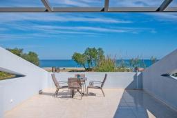 Терраса. Греция, Ретимно : Новая современная вилла с бассейном и двориком, 100 метров до пляжа, 3 спальни, 3 ванные комнаты, настольный теннис, барбекю, парковка, Wi-Fi