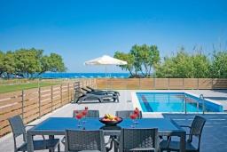 Зона отдыха у бассейна. Греция, Ретимно : Новая современная вилла с бассейном и двориком, 100 метров до пляжа, 3 спальни, 3 ванные комнаты, настольный теннис, барбекю, парковка, Wi-Fi