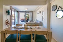 Обеденная зона. Греция, Ретимно : Новая современная вилла с бассейном и двориком, 100 метров до пляжа, 3 спальни, 3 ванные комнаты, настольный теннис, барбекю, парковка, Wi-Fi