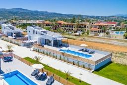 Фасад дома. Греция, Ретимно : Новая современная вилла с бассейном и двориком, 100 метров до пляжа, 3 спальни, 3 ванные комнаты, настольный теннис, барбекю, парковка, Wi-Fi