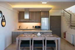Кухня. Греция, Ретимно : Новая современная вилла с бассейном и двориком, 100 метров до пляжа, 3 спальни, 3 ванные комнаты, настольный теннис, барбекю, парковка, Wi-Fi