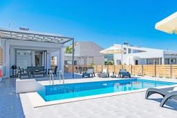 Бассейн. Греция, Ретимно : Новая современная вилла с бассейном и двориком, 100 метров до пляжа, 3 спальни, 3 ванные комнаты, настольный теннис, барбекю, парковка, Wi-Fi