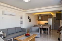 Гостиная. Греция, Ретимно : Новая современная вилла с бассейном и двориком, 100 метров до пляжа, 3 спальни, 3 ванные комнаты, настольный теннис, барбекю, парковка, Wi-Fi