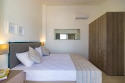 Спальня 2. Греция, Ретимно : Новая современная вилла с бассейном и двориком, 100 метров до пляжа, 3 спальни, 3 ванные комнаты, настольный теннис, барбекю, парковка, Wi-Fi