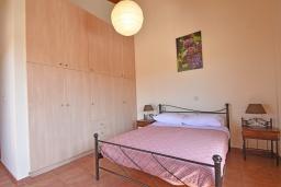 Спальня. Греция, Панормо : Прекрасная вилла с бассейном в 100 метрах от пляжа, 3 спальни, 2 ванные комнаты, барбекю, парковка, Wi-Fi