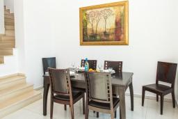 Обеденная зона. Греция, Георгиуполис : Современная вилла с бассейном и двориком с барбекю, 3 спальни, 3 ванные комнаты, парковка, Wi-Fi