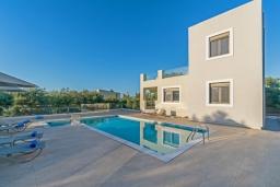 Фасад дома. Греция, Ретимно : Современная новая вилла с большим бассейном и зеленым двориком с барбекю, 3 спальни, 3 ванные комнаты, парковка, Wi-Fi