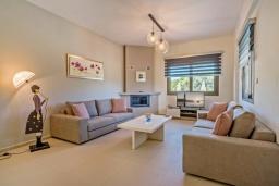 Гостиная. Греция, Ретимно : Современная новая вилла с большим бассейном и зеленым двориком с барбекю, 3 спальни, 3 ванные комнаты, парковка, Wi-Fi