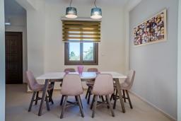 Обеденная зона. Греция, Ретимно : Современная новая вилла с большим бассейном и зеленым двориком с барбекю, 3 спальни, 3 ванные комнаты, парковка, Wi-Fi