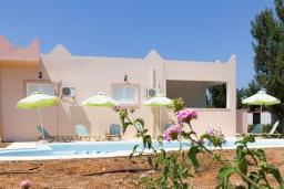 Фасад дома. Греция,  Ханья : Прекрасная вилла с бассейном и зеленым двориком с барбекю, 4 спальни, 3 ванные комнаты, парковка, Wi-Fi