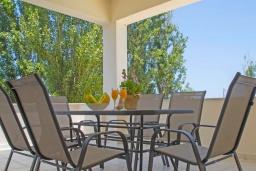 Балкон. Греция,  Ханья : Прекрасная вилла с бассейном и зеленым двориком с барбекю, 4 спальни, 3 ванные комнаты, парковка, Wi-Fi