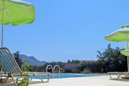 Бассейн. Греция,  Ханья : Прекрасная вилла с бассейном и зеленым двориком с барбекю, 4 спальни, 3 ванные комнаты, парковка, Wi-Fi