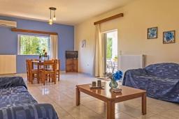 Гостиная. Греция,  Ханья : Прекрасная вилла с бассейном и зеленым двориком с барбекю, 4 спальни, 3 ванные комнаты, парковка, Wi-Fi