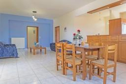 Обеденная зона. Греция,  Ханья : Прекрасная вилла с бассейном и зеленым двориком с барбекю, 4 спальни, 3 ванные комнаты, парковка, Wi-Fi