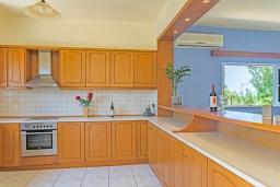 Кухня. Греция,  Ханья : Прекрасная вилла с бассейном и зеленым двориком с барбекю, 4 спальни, 3 ванные комнаты, парковка, Wi-Fi
