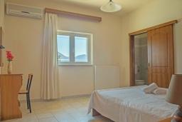 Спальня. Греция,  Ханья : Прекрасная вилла с бассейном и зеленым двориком с барбекю, 4 спальни, 3 ванные комнаты, парковка, Wi-Fi