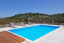 Бассейн. Греция, Аделе : Современная вилла с бассейном и двориком с патио и барбекю, 2 спальни, 2 ванные комнаты, парковка, Wi-Fi