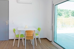 Обеденная зона. Греция, Аделе : Современная вилла с бассейном и двориком с патио и барбекю, 2 спальни, 2 ванные комнаты, парковка, Wi-Fi