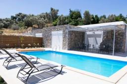Фасад дома. Греция, Аделе : Современная вилла с бассейном и двориком с патио и барбекю, 2 спальни, 2 ванные комнаты, парковка, Wi-Fi