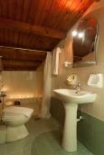 Ванная комната. Греция, Панормо : Улучшенный апартамент в 50 метрах от пляжа, с гостиной, отдельной спальней и большим балконом с видом на море