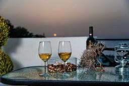 Балкон. Греция, Панормо : Улучшенный апартамент в 50 метрах от пляжа, с гостиной, отдельной спальней и большим балконом с видом на море