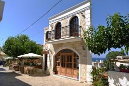 Фасад дома. Греция, Панормо : Апартамент в 100 метрах от пляжа, с гостиной, отдельной спальней и балконом с видом на море