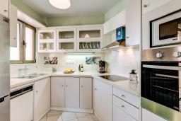 Кухня. Греция, Скалета : Семейный апартамент в 20 метрах от пляжа, с гостиной, двумя спальнями, двумя ванными комнатами и большим балконом с шикарным видом на море