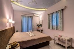 Спальня 2. Греция, Скалета : Семейный апартамент в 20 метрах от пляжа, с гостиной, двумя спальнями, двумя ванными комнатами и большим балконом с шикарным видом на море