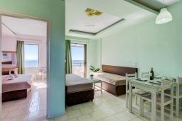 Гостиная. Греция, Скалета : Апартамент в 20 метрах от пляжа, с гостиной, отдельной спальней и балконом с видом на море